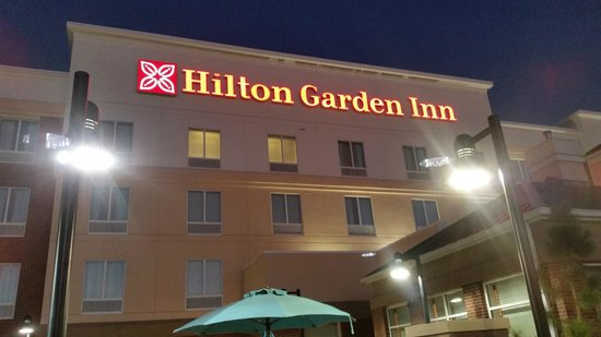 Hilton Garden Inn Lawton-Fort Sill: Night shot, front of hotel