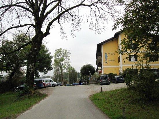 Gasthof Hotel Seehof: Zufahrt und Parkplatz (links) Hotel Seehof