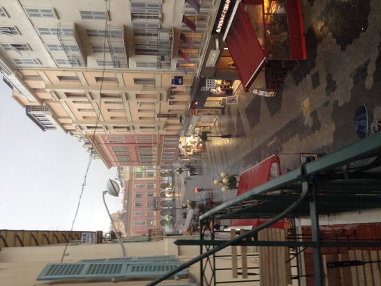 Ajoupa Apart'hotel Nice: Looking up to place Massena