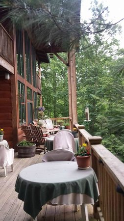 Lazy Bear Lodge: downstairs balcony and outdoor patio dining