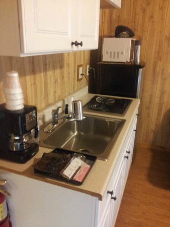 Glacier General Store and Cabins: kitchenette