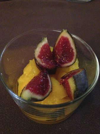 Les Remparts : Delicious fruit served with at breakfast.