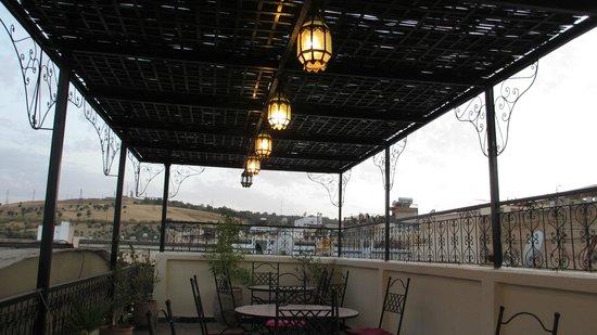 Riad Ghita: la terrazza con i caratteristici lampioncini