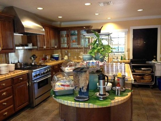 East Canyon Hotel and Spa: Kitchen and continental breakfast