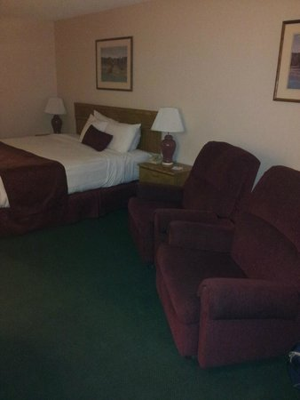 Americas Best Value Inn- Grand Junction: Red is not a good color in a darkish room