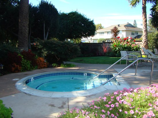 El Pueblo Inn : The jacuzzi/pool area.
