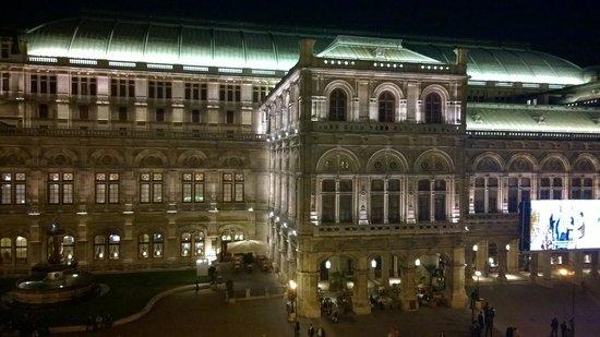 Hotel Bristol Wien: Opera house directly adjacent