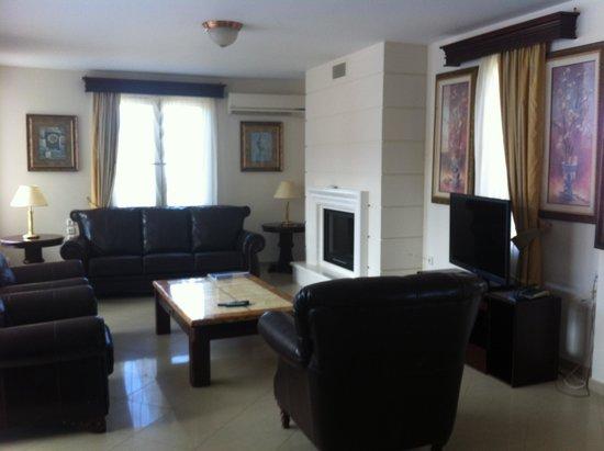 Caldera Villas : Realzing lounge area