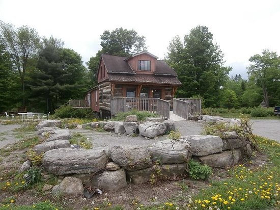 Buckhorn, Canada: The winery is housed in an 1866 log cabin