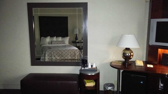Crowne Plaza Hotel: mirror at the foot of the bed