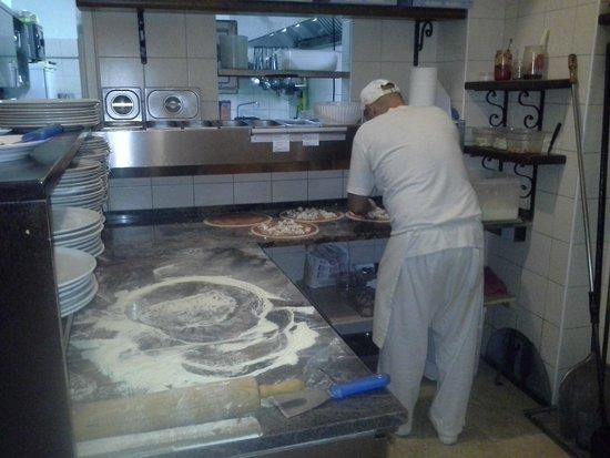 Il Muraglione: pizza being prepared