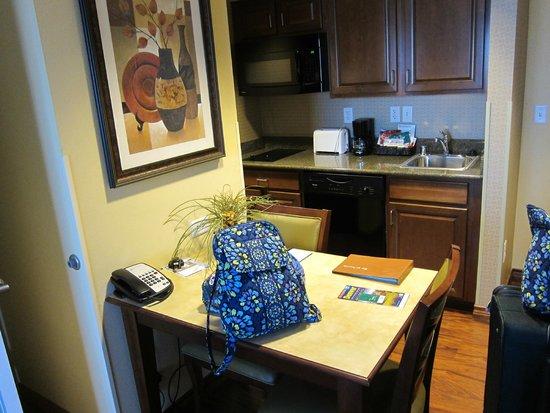 Homewood Suites Denver International Airport: Kitchen