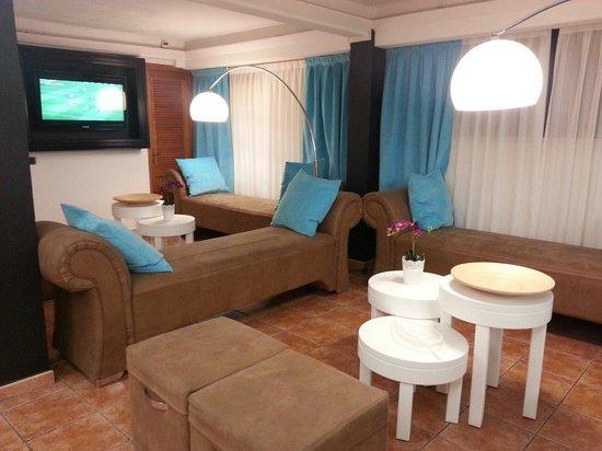 Apartamentos Jardín del Sol: Relaxed area just off reception.