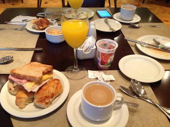 Regal Pacific Hotel Buenos Aires: En el  desayuno había lo justo y necesario, ni mas ni menos