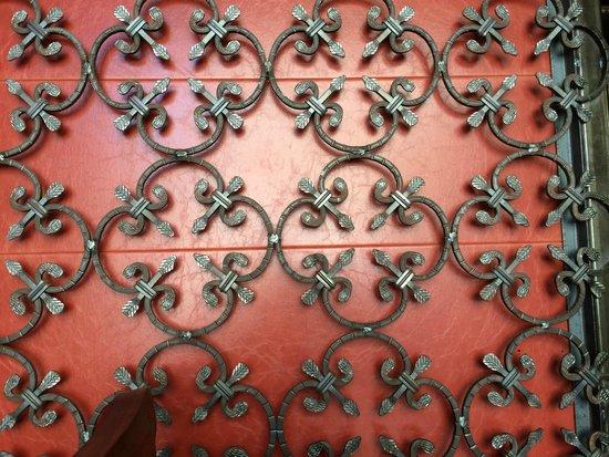 Estadio: Ornate ironwork on walls