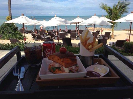 Anantara Lawana Koh Samui Resort: Comida en la piscina