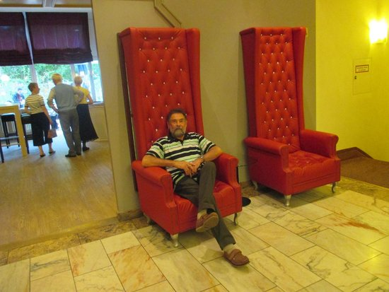 Leonardo Hotel Karlsruhe: special chairs in the lobby