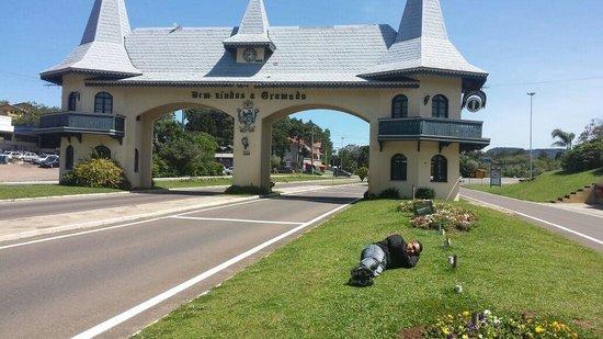 Pórtico Via Taquara: Dormindo em gramado. Cidade muito interessante bons pontos turísticos, lazer, e gastronomia de