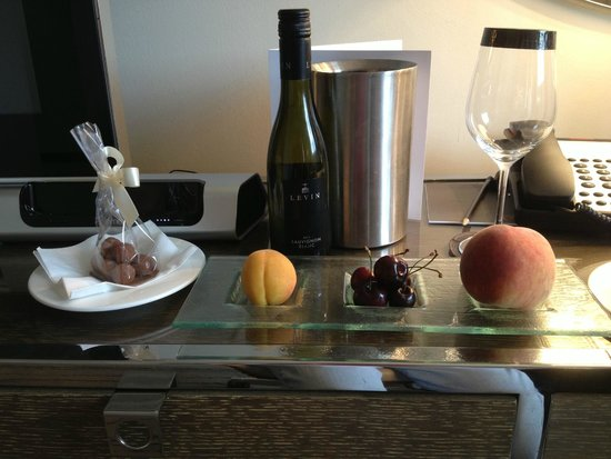 The Marylebone: Wow! Complimentary wine, fruit & chocolate in our King studio suite!