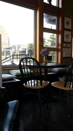 Insomnia Coffee Co.: Cozy cafe seating - sun pouring in.