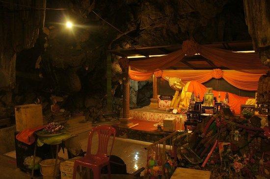 Khao Pun Cave : 洞窟内の寝仏