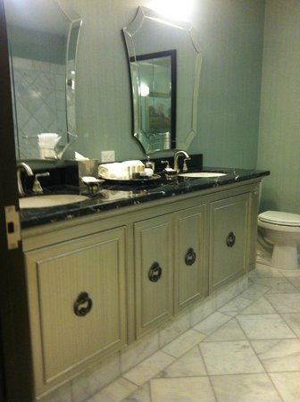 Woolley's Classic Suites - Denver Airport: Upscale bathroom