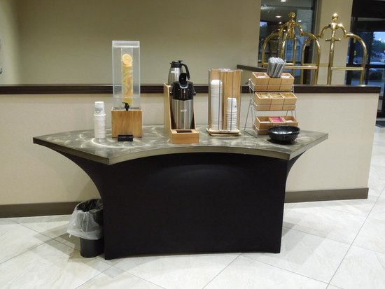 Days Inn Edmonton Airport: Refreshments in the lobby
