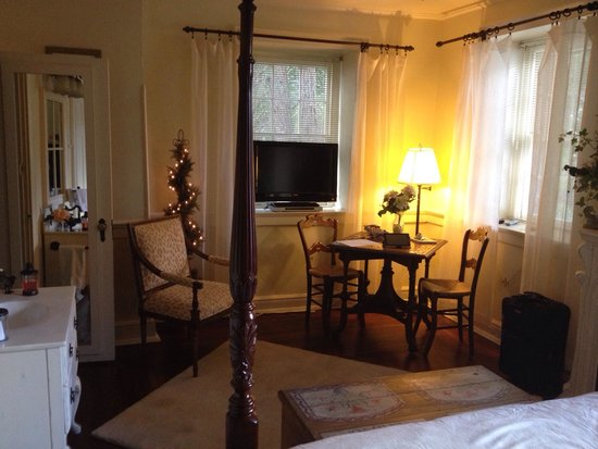 1777 Americana Inn Bed & Breakfast: Our romantic room