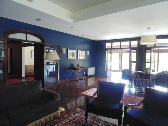 Hotel Vila Inglesa: Sala com lareira
