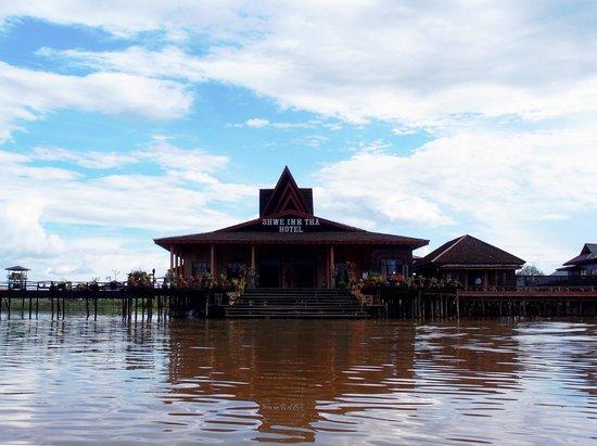 Shwe Inn Tha Floating Resort: Hotel main entrance