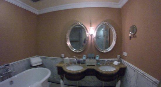 Aaron's House Shanghai: Premier room bathroom