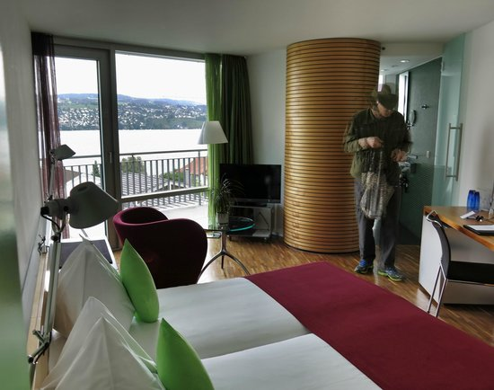 Hotel Sedartis : Our room, with balcony and Lake Zurich view