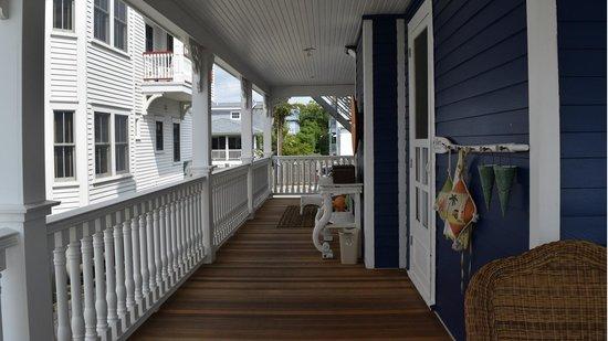 931 Beach Guest House: Side Deck
