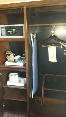 Four Points by Sheraton Charleston: Safe, Coffee pot, ice bucket, ironing board and iron....NO Refridge or microwave