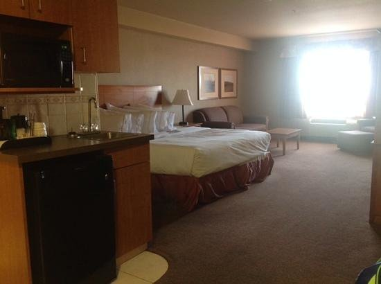 Ramada Airdrie Hotel and Suites: king bed