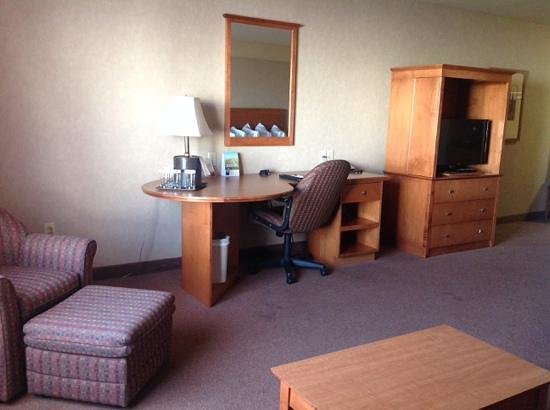 Ramada Airdrie Hotel and Suites: desk area