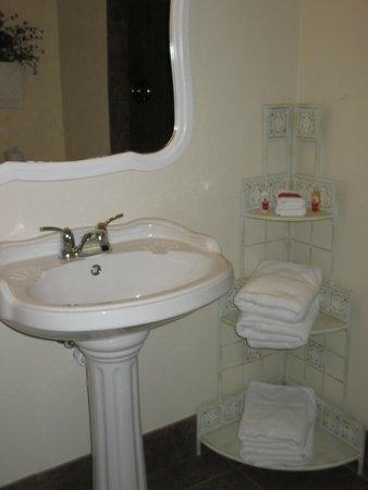 The Harbor Light Inn : The spacious bathroom