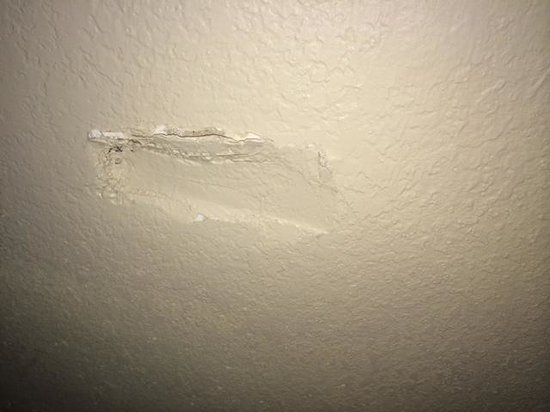 Roomba Inn & Suites Orlando: Hole in wall