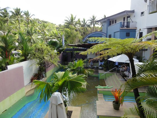 Peninsula Boutique Hotel: Secluded pool area and guest breakfast dining area