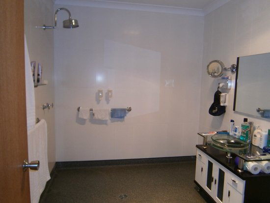 The Golfers Inn: Huge wet/shower room,with no obstructions.