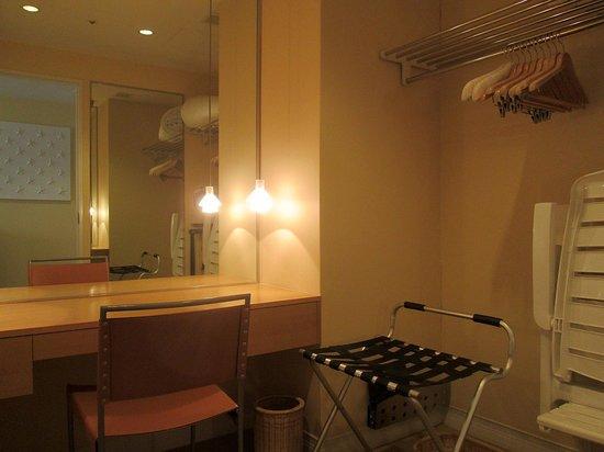 The Westin Awaji Island Resort & Conference Center: 広めのクローゼット兼ドレッシングルーム