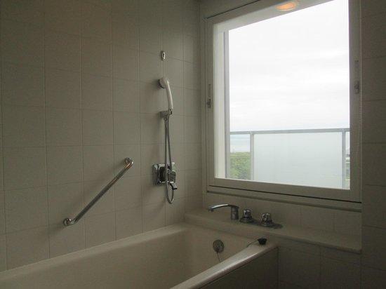 The Westin Awaji Island Resort & Conference Center: バスルームはビューバスと呼ばれるもので、窓から景色を楽しめます
