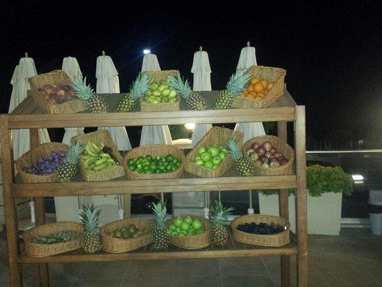 White Gold Hotel & Spa: Lite frukt på kvällen vid poolen