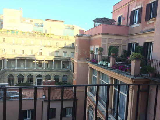 Domus Romana Hotel : View from the balconies over the central courtyard and shared outdoor area on our floor