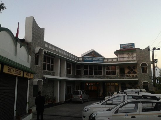 Krishna Mountview Mountain Resort: Parking area and Hotel Front