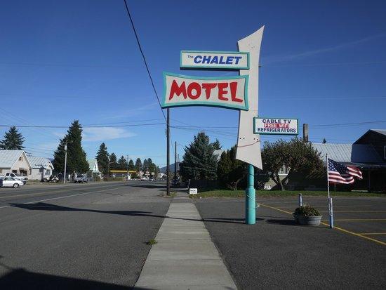 Chalet Motel: sign