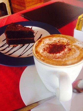 Bella Vista Coffee & Juice Bar: Cappucino & choc fudge. I finished it in 10 mins. I cant stop myself