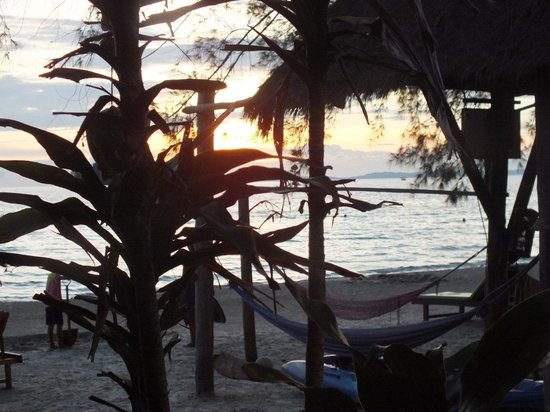 Castaways Beach Bar & Bungalows: sunset from the common area