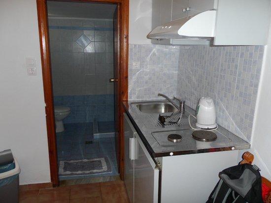 Kalivaki Studios Hotel : coté kitchenette et salle de bain