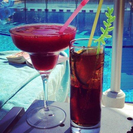 Hotel Anais Holiday: En god drink vid poolen